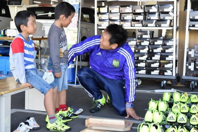 ジュニアがサッカースパイクを選ぶとき、スポーツショップの店員さんに伝える3つのこと
